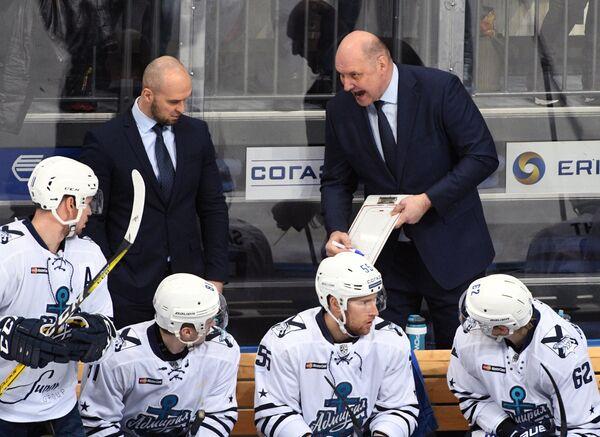 Тренеры Адмирала Максим Спиридонов и Александр Андриевский (слева направо на втором плане)