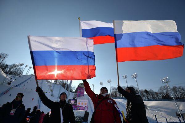 Болельщики сборной России во время тренировки спортсменов на этапе Кубка мира по фристайлу в южнокорейском Покане