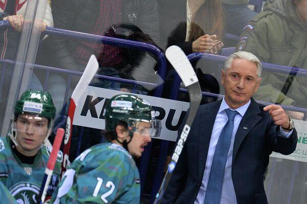 Главный тренер Ак Барса Зинэтула Билялетдинов (справа) и хоккеисты клуба