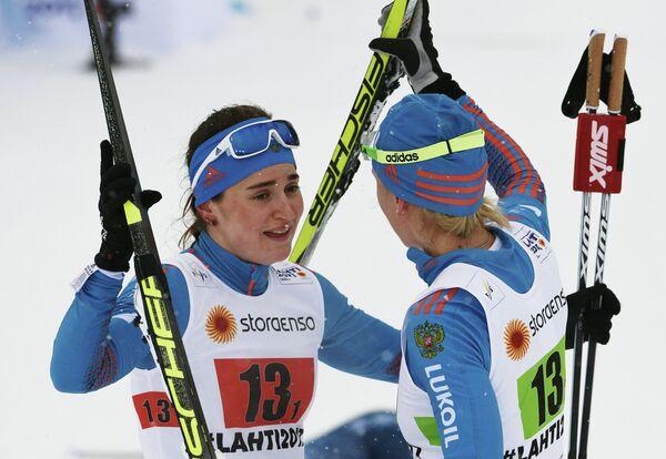Российские лыжницы Наталья Матвеева (справа) и Юлия Белорукова