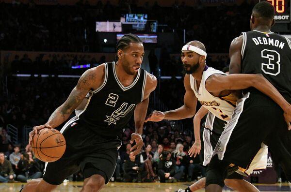 Форвард клуба НБА Сан-Антонио Сперс Кавай Леонард (слева)