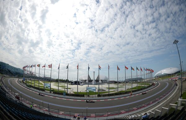 Гонщики принимают участие в первой сессии свободных заездов на российском этапе чемпионата мира по кольцевым автогонкам в классе Формула-1