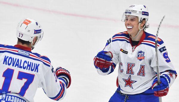 Хоккеисты СКА Илья Ковальчук (слева) и Никита Гусев