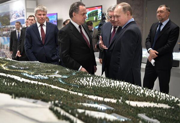 Виталий Мутко и Владимир Путин (слева направо на первом плане)