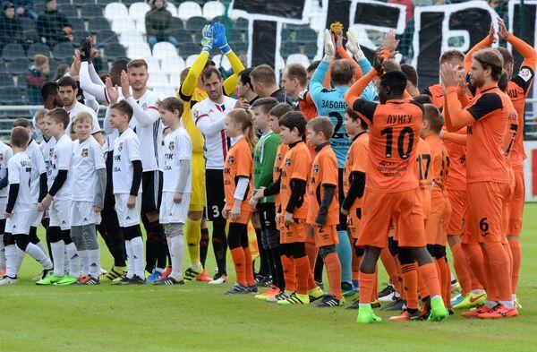 Футболисты Урала и Амкара перед началом матча