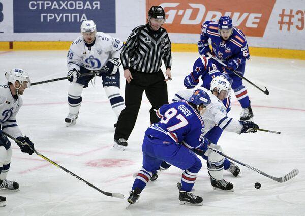 Нападающий ХК СКА Никита Гусев (на первом плане) и защитник ХК Динамо Максим Соловьёв (второй слева)