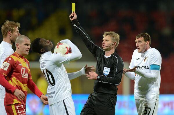 Главный судья матча Сергей Лапочкин (второй справа)