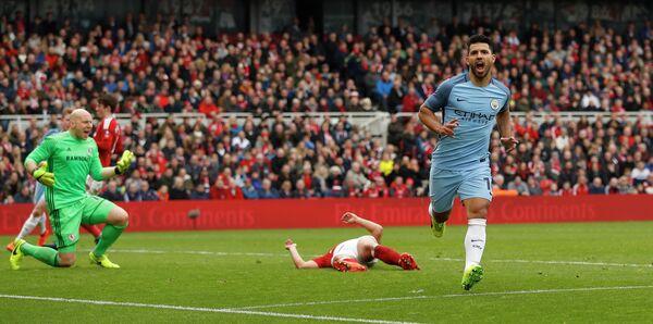 Нападающий Манчестер Сити Серхио Агуэро (справа) радуется забитому мячу