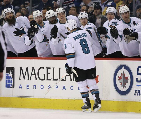Нападающий клуба НХЛ Сан-Хосе Шаркс Джо Павелски (№8)