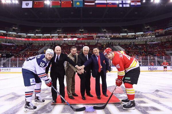 Главный тренер клуба КХЛ Куньлунь Ред Стар Майк Кинэн (второй слева)