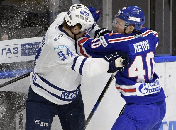 Защитник Динамо Андрей Миронов (слева) и форвард СКА Евгений Кетов
