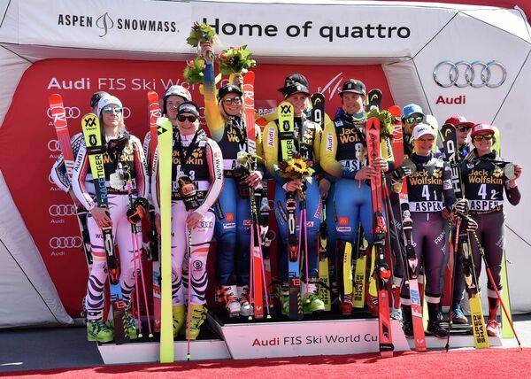 Шведские горнолыжники (в центре)