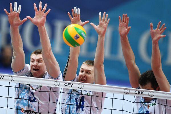 Центральный блокирующий ВК Динамо Дмитрий Щербинин (в центре)