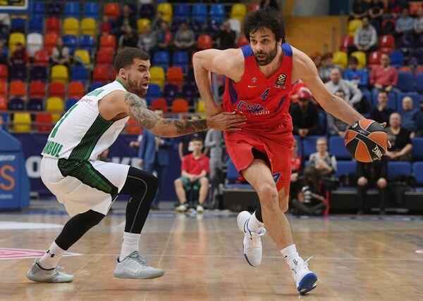 Защитник БК Дарюшафака Скотти Уилбекин (слева) и защитник ПБК ЦСКА Милош Теодосич