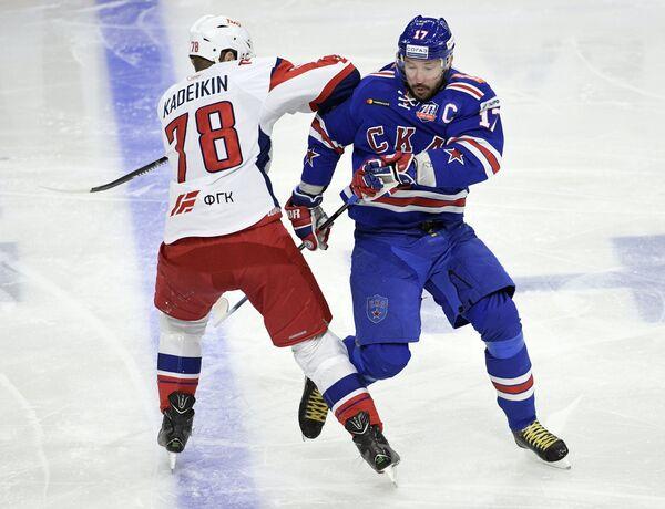 Форвард СКА Илья Ковальчук (справа) и нападающий Локомотива Александр Кадейкин