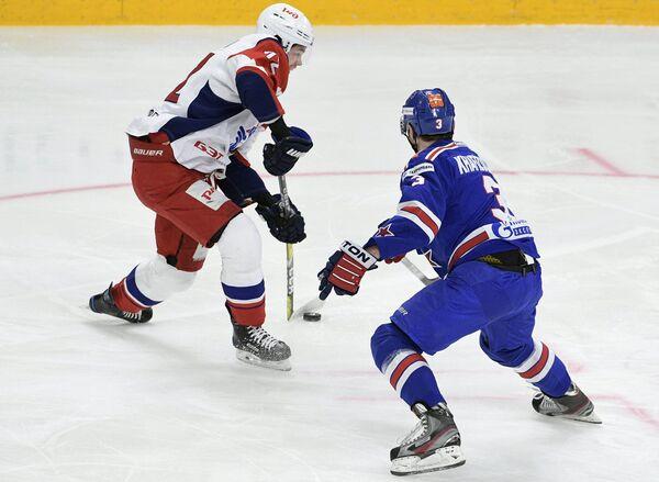Защитник СКА Динар Хафизуллин (справа) и форвард Локомотива Эмиль Галимов
