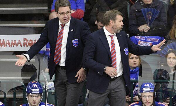 Главный тренер ХК СКА Олег Знарок (справа) и старший тренер ХК СКА Харийс Витолиньш