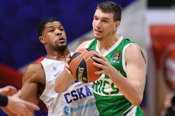 Центровой ПБК ЦСКА Кайл Хайнс (слева) и центровой БК УНИКС Артем Клименко