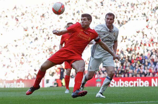 Стивен Джеррард (лева) в матче легенд Ливерпуля и мадридского Реала