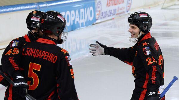 Хоккеисты СКА-Нефтяника радуются забитому мячу