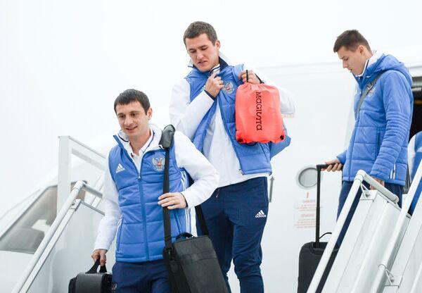 Футболисты сборной России Алан Дзагоев, Виктор Васин и Дмитрий Полоз (слева направо)