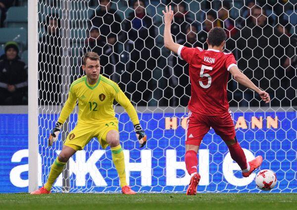 Защитник сборной России Виктор Васин и вратарь сборной Бельгии по футболу Симон Миньоле (справа налево)