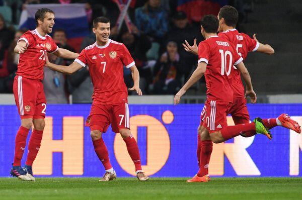 Игроки сборной России Дмитрий Комбаров, Дмитрий Полоз, Алан Дзагоев (слева направо)