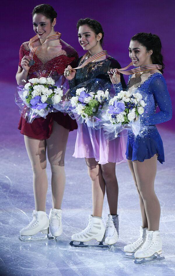 Кэйтлин Осмонд (Канада), Евгения Медведева (Россия) и Габриэль Дэйлмен (Канада) (слева направо)