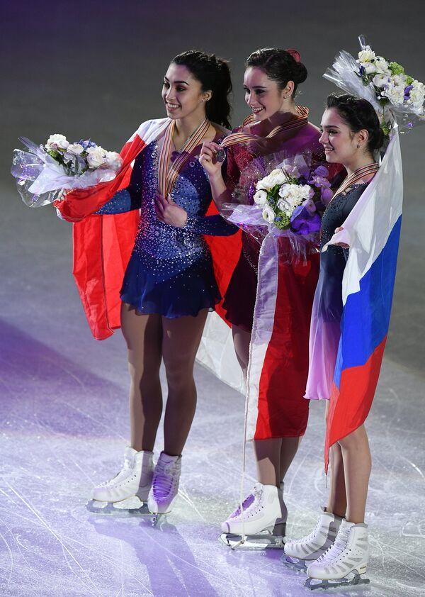 Габриэль Дэйлмен, Кэйтлин Осмонд и Евгения Медведева (слева направо)