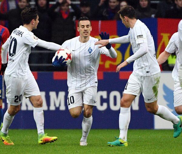 Футболисты Крыльев Советов Срджан Мияйлович, Кристиан Паскуато и Александр Глеб (слева направо) радуются забитому мячу