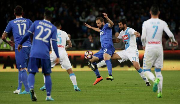 Игровой момент матча чемпионата Италии по футболу между Наполи и Ювентусом