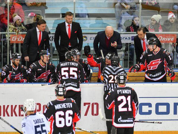 Тренерский штаб Авангарда. Второй слева - Дмитрий Рябыкин