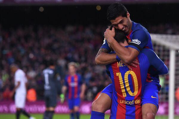 Футболисты Барселоны Луис Суарес и Лионель Месси (слева направо)
