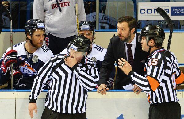 Главный судья Роман Гофман (справа) и главный тренер магнитогорского Металлурга Илья Воробьев