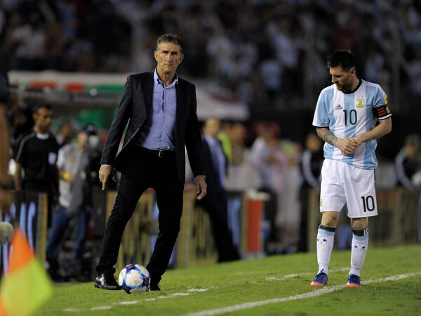 Главный тренер сборной Аргентины по футболу Эдгардо Бауса (слева) и капитан команды Лионель Месси