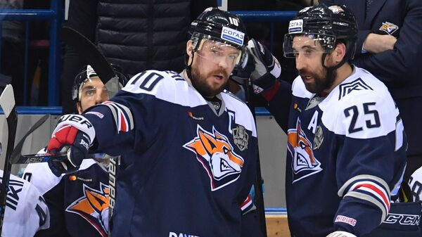 Хоккеисты Металлурга Сергей Мозякин (слева) и Данис Зарипов