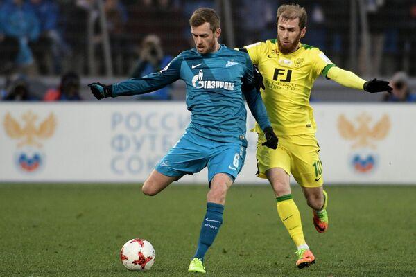 Защитник Зенита Николас Ломбертс и полузащитник Анжи Адлан Кацаев (справа)