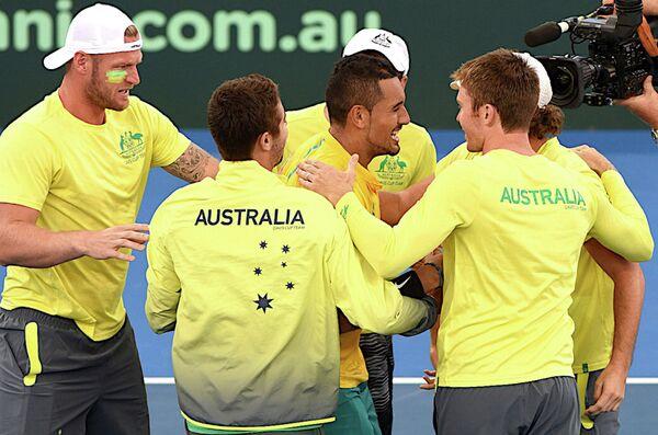 Теннисист сборной Австралии Ник Кирьос (в центре) с партнерами по команде