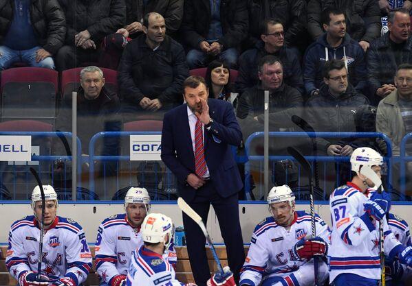 Главный тренер СКА Олег Знарок (в центре)