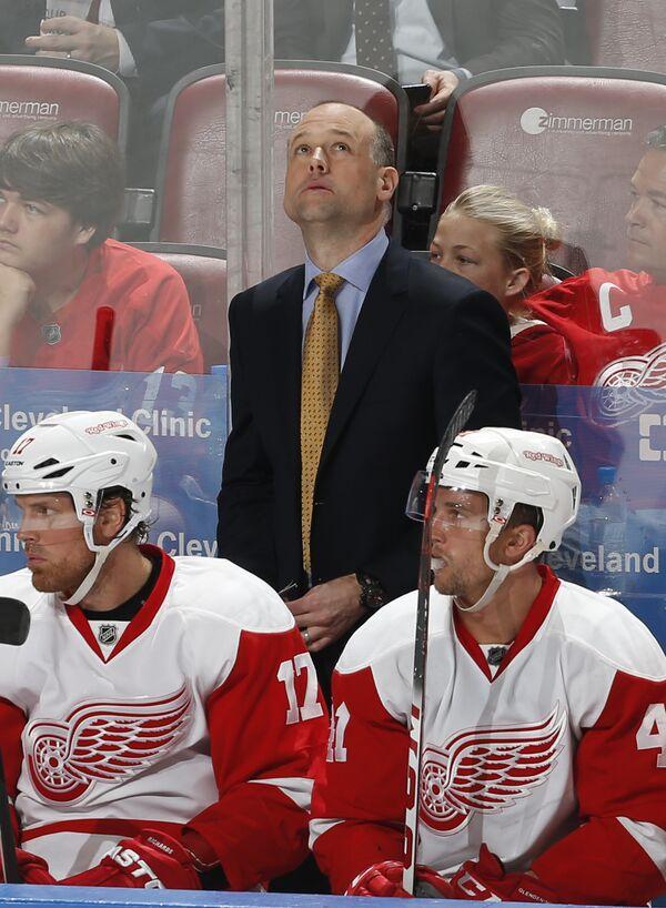 Главный тренер клуба НХЛ Детройт Ред Уингз Джефф Блашил (в центре на заднем плане)