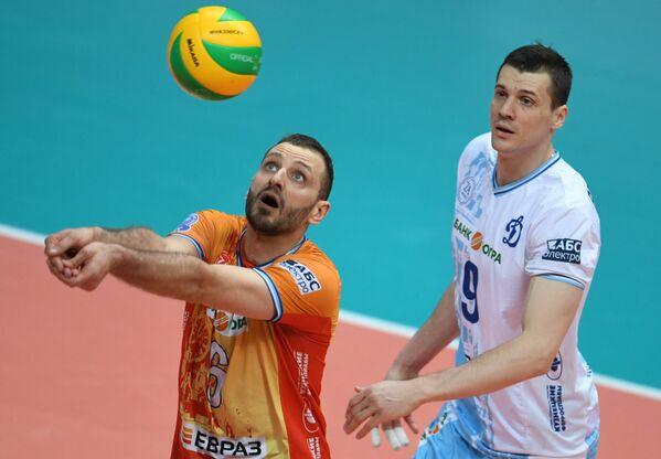Игроки ВК Динамо Артем Ермаков (слева) и Юрий Бережко