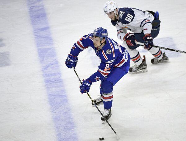 Форвард СКА Вадим Шипачёв (слева) и нападающий Металлурга Ярослав Косов