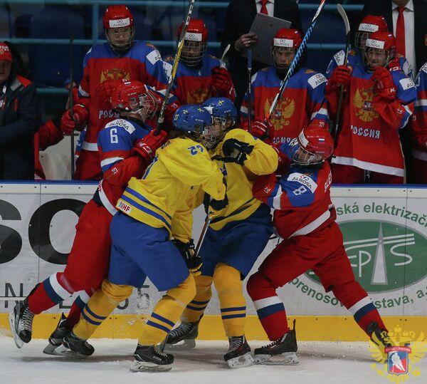 Игровой момент матча юниорского чемпионата мира по хоккею между сборными России и Швеции