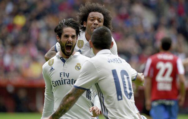Футболисты мадридского Реала Иско, Марсело и Хамес Родригес (слева направо)