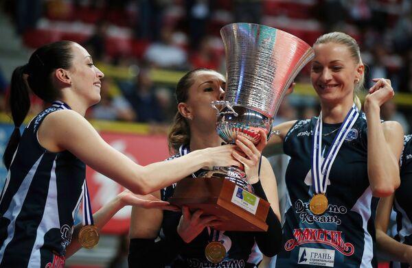 Волейболистки казанского Динамо связующая Евгения Старцева, либеро Елена Ежова и блокирующая Марина Марюхнич (слева направо)