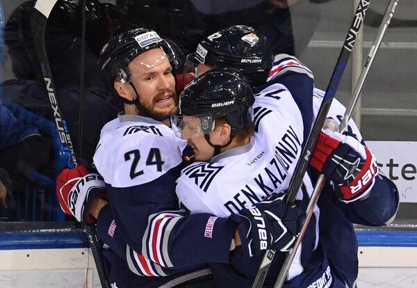 Хоккеисты Металлурга радуются заброшенной шайбе