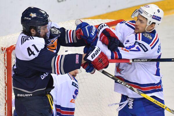 Форвард СКА Вадим Шипачёв (справа) и нападающий Металлурга Томаш Филиппи