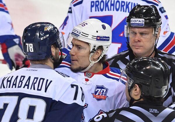 Форвард СКА Сергей Плотников и защитник Металлурга Ярослав Хабаров (слева)