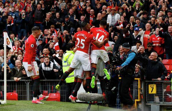 Футболисты Манчестер Юнайтед радуются забитому мячу в ворота Челси