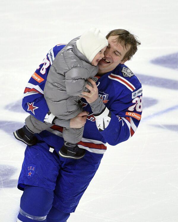 Защитник СКА Андрей Зубарев с сыном
